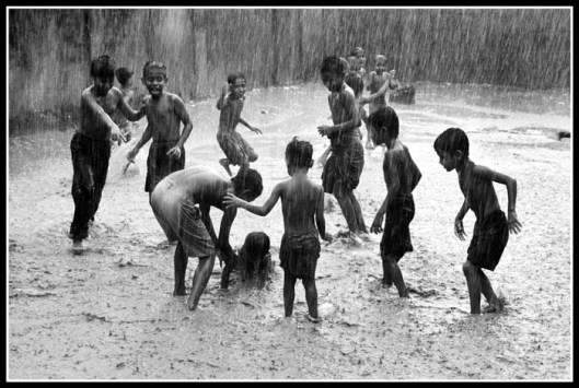 Fun in the rain (Source: http://www.trekearth.com/gallery/photo543533.htm)